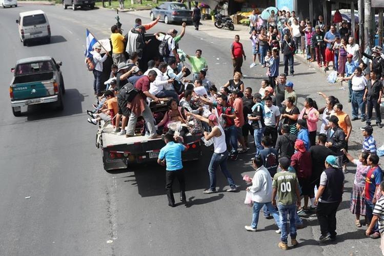 En octubre pasó por Guatemala la caravana de migrantes que se organizó en Honduras, con mira a llegar a los Estados Unidos en busca de un bienestar económico, debido al buen momento que pasa el empleo en el país del norte. (Foto Prensa Libre: Hemeroteca)
