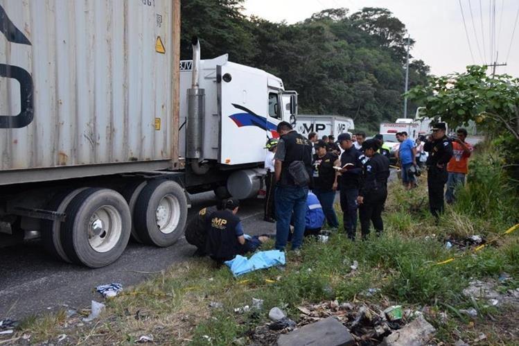 Peritos del Ministerio Público resguardan el cuerpo del piloto que murió en el lugar del percance. (Foto Prensa Libre: Carlos Paredes)