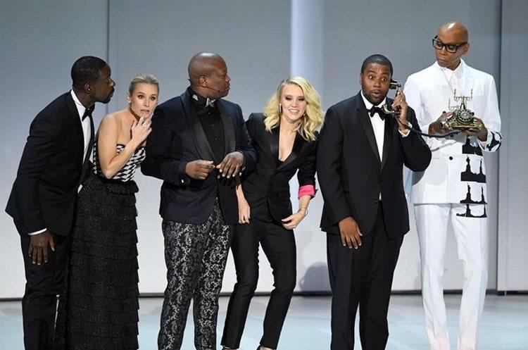 Sterling K. Brown, Kristen Bell, Tituss Burgess, Kate McKinnon, Kenan Thompson y RuPaul se presentan durante la edición 70 de los Emmys (Foto Prensa Libre: AFP).