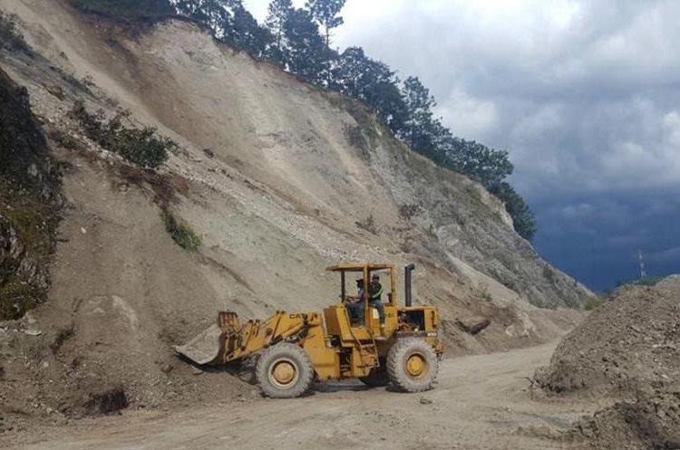 Maquinaria de la zona vial 6 de Caminos despeja el camino de San Sebastián, Huehuetenango. (Foto Prensa Libre: Mike Castillo)