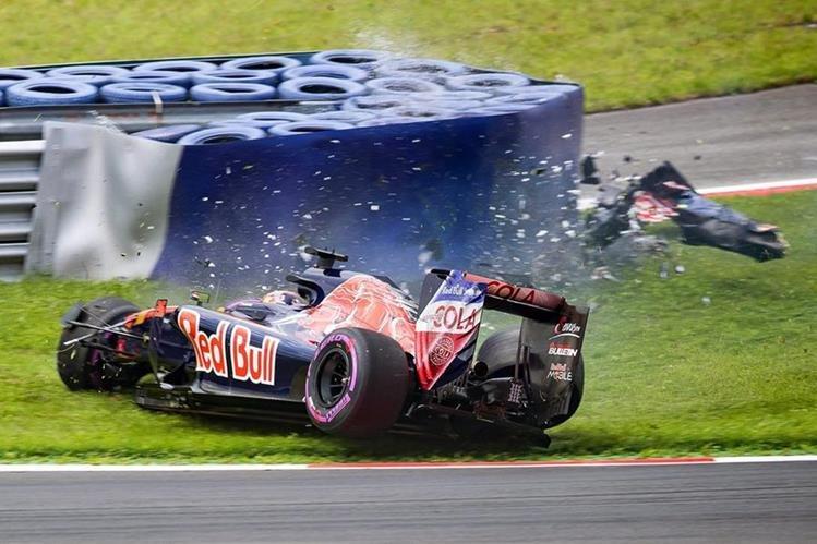 Daniil Kvyat, de la escudería Toro Rosso, sufre aparatoso accidente. (Foto Prensa Libre: EFE)