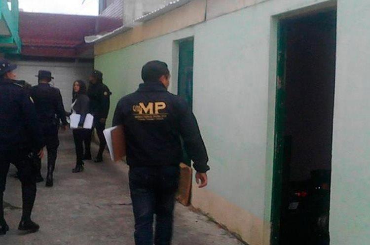 Entre las diligencias se realizó un allanamiento para localizar evidencias vinculadas al caso. (Foto Prensa Libre: Whitmer Barrera)