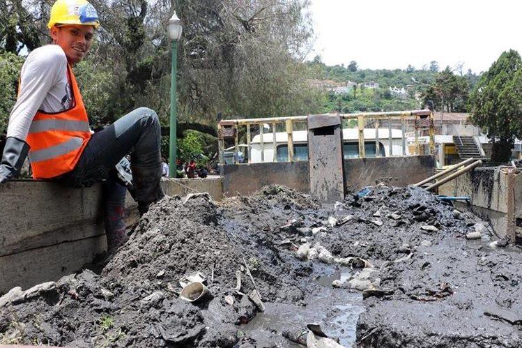 Trabajadores se sorprendieron por la cantidad de tierra acumulada en los tragantes. (Foto Prensa Libre: Carlos Ventura)