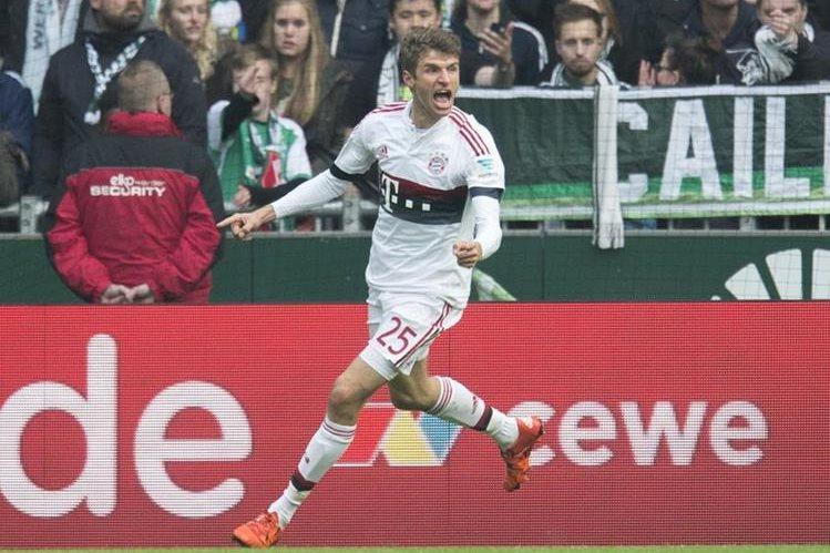 Thomas Müller festeja tras anotar el gol de triunfo del Bayern Múnich. (Foto Prensa Libre: AP)