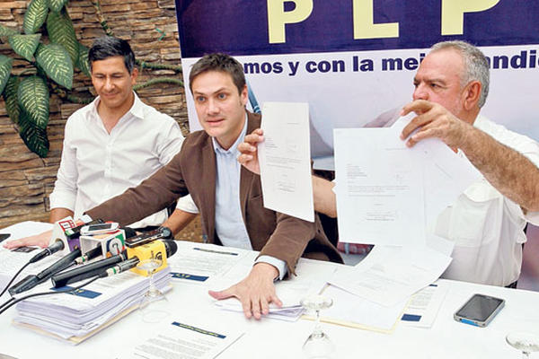 José Carlos Pomés, Miguel Valladares y Édgar Zamora muestran las afiliaciones conseguidas que entregaron al TSE.