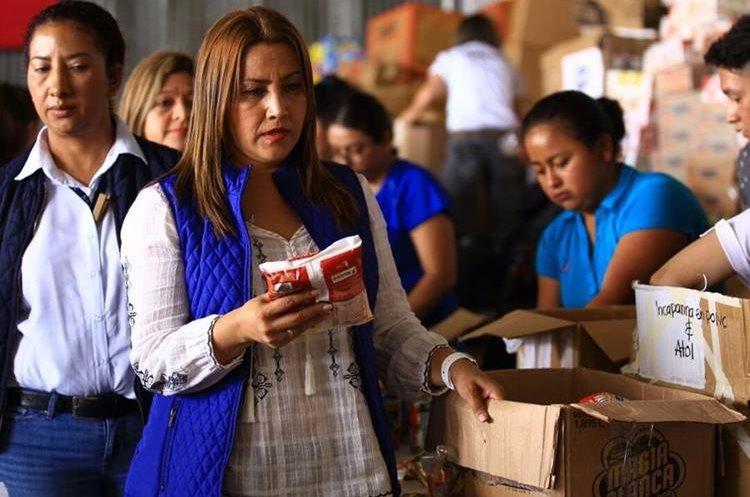La primera dama trabaja en voluntariado el centro de acopio de la zona 13. (Foto Prensa Libre: Presidencia)