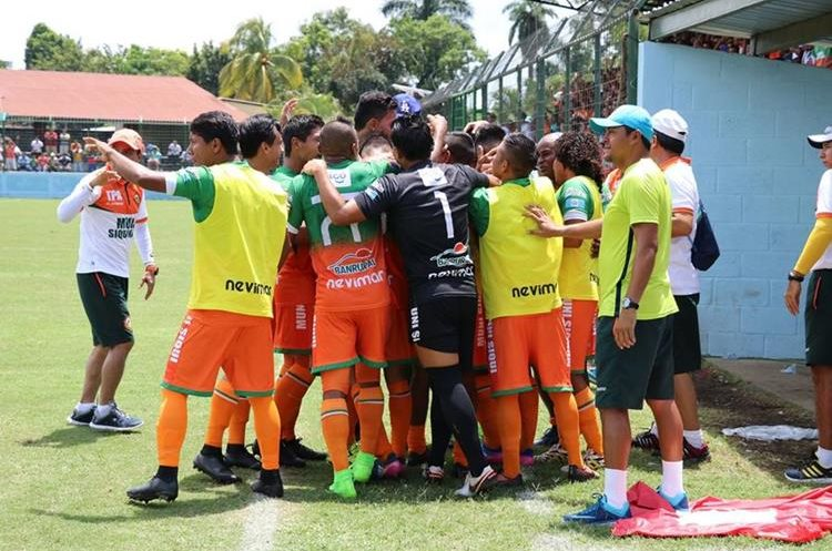 Los jugadores de Siquinalá festejan el triunfo frente a Suchitepéquez. (Foto Prensa Libre: Enrique Paredes)