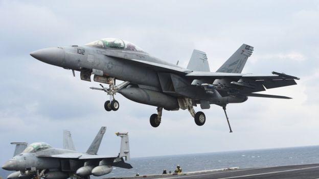 Un avión Super Hornet despega del portaviones Carl Vinson. AFP