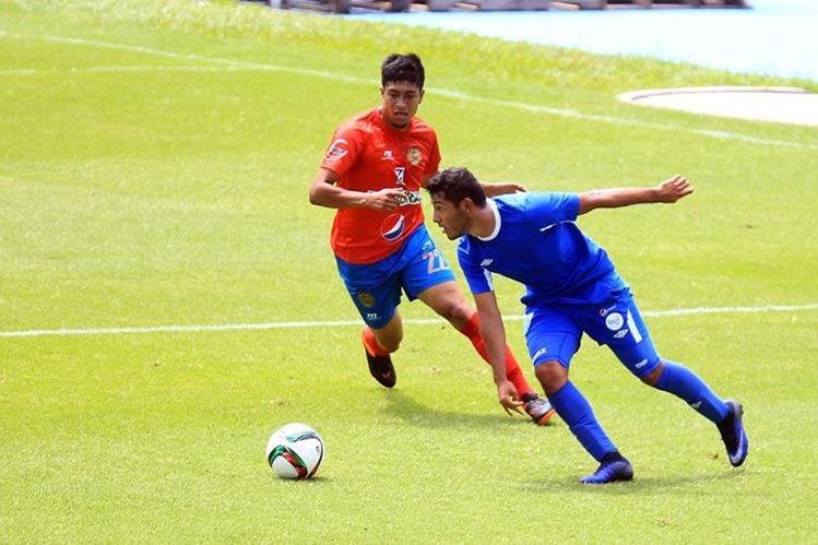 Cristian Jiménez (Azul) le da salida a la Bicolor por la banda derecha. (Foto Prensa Libre: Carlos Vicente)