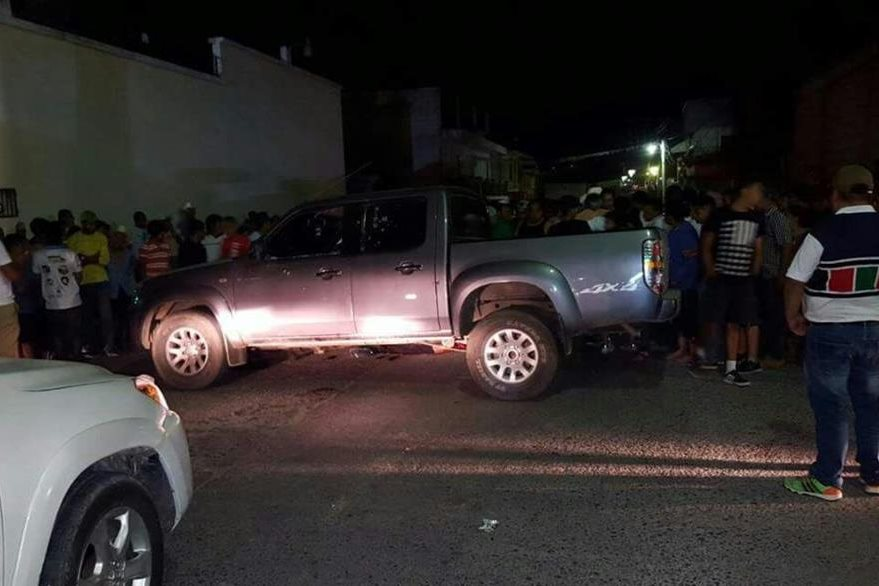 Vehículo en el que viajaban dos hombres atacados a balazos en Esquipulas, Chiquimula. (Foto Prensa Libre: Víctor Gómez)