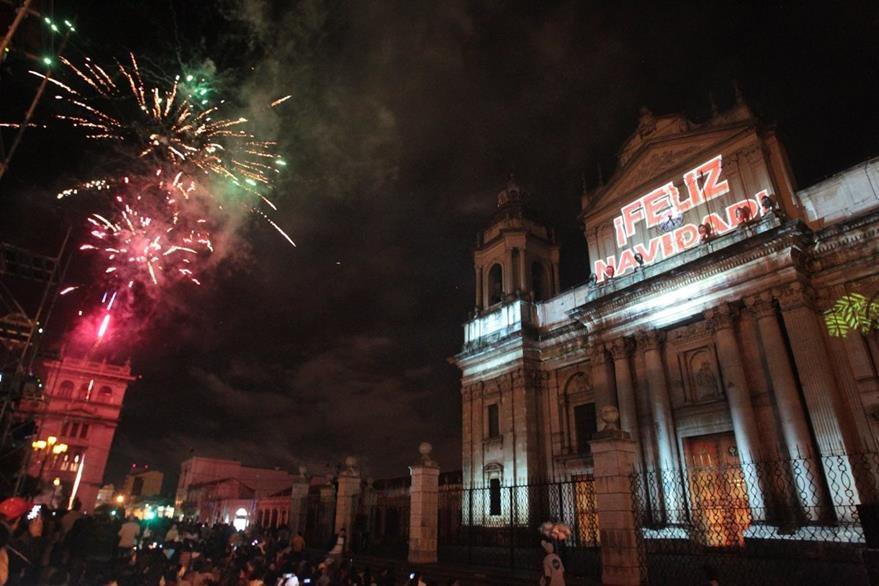 Luces pirotécnicas se observaron al final de  la presentación del la proyección en zona . (Foto Prensa Libre: Ángel Elías)