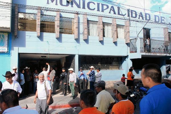 Pobladores de  La Cuesta Tunas se apostaron en el ingreso al despacho municipal. (Foto Prensa Libre: Óscar González)