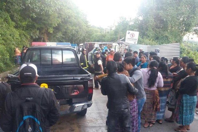 Pobladores asisten al lugar del accidente, en el kilómetro 47 de la ruta de Antigua Guatemala a Santa María de Jesús, Sacatepéquez. (Foto Prensa Libre: Renato Melgar)