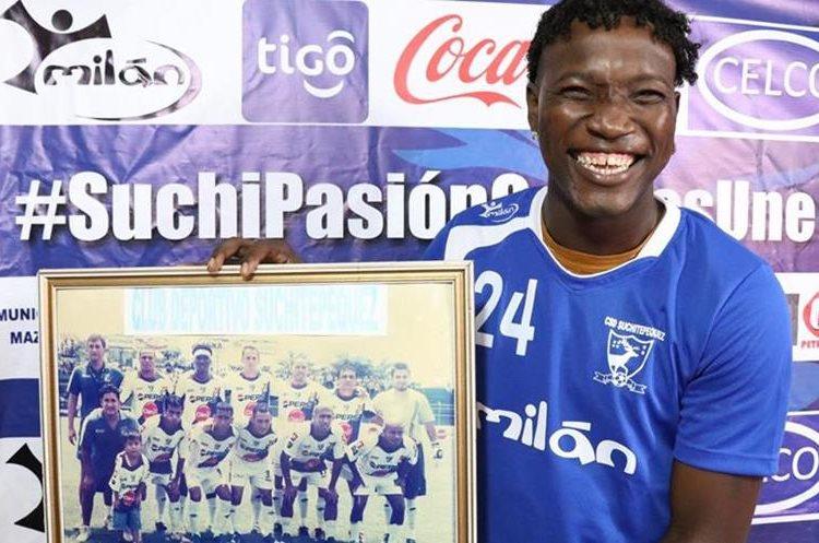 Marvin Ávila sonríe mientras sostiene un cuadro con una fotografía de su paso por Suchitepéquez en la temporada 2006-2007. (Foto Prensa Libre: Cristian Soto)