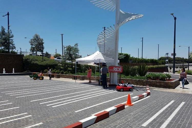 La empresa renta mini vehículos en un centro comercial. (Foto Prensa Libre: @foppaguate)