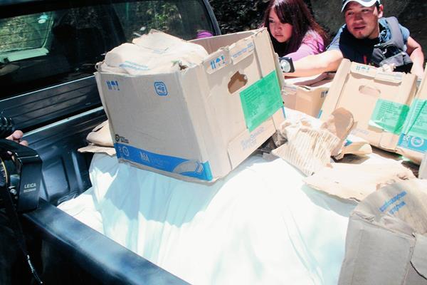 Más de  90 bolsas con medicamento para enfermos renales fueron tiradas en la ruta al cerro el Baúl, en Quetzaltenango. (Foto Prensa Libre: Carlos Ventura)