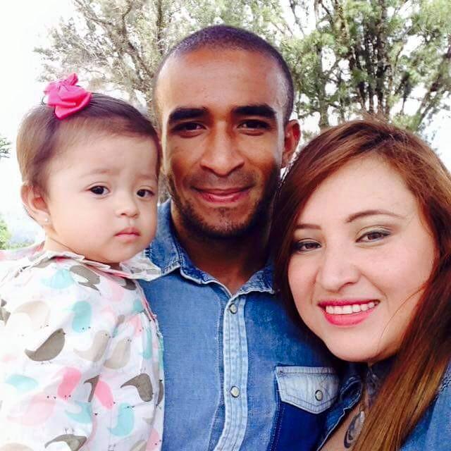 Thompson, en una foto junto a su esposa y su hija Mía Victoria. (Foto Prensa Libre: Facebook de Fredy Thompson).