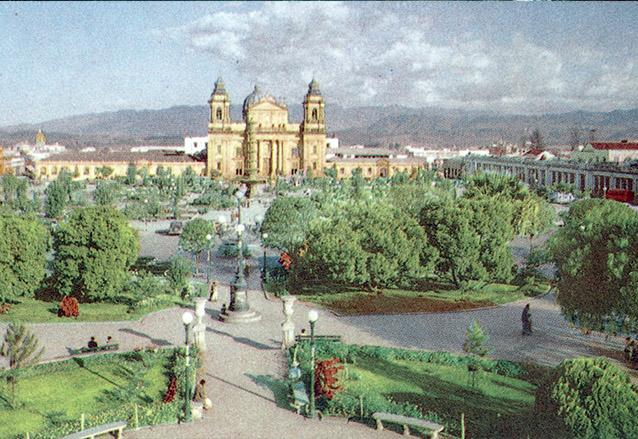 La Plaza Mayor en la década de 1960 aún aparece la fuente de Galeotti Torres con su altura original. Este parque ha sufrido numerosas transformaciones en el siglo XX. (Foto: Hemeroteca PL)