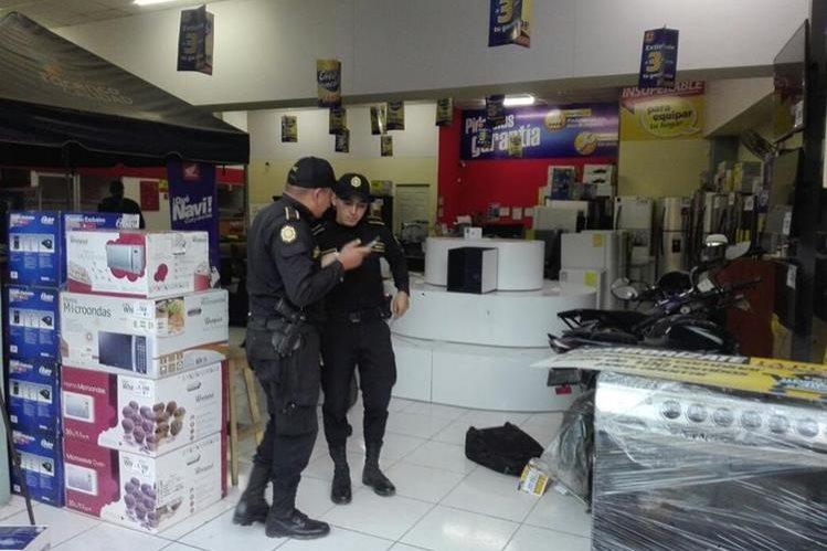 Agentes de la PNC esperan que las cámaras de seguridad tengan información valiosa para atrapar a los saqueadores.(Foto Prensa Libre: Hugo Oliva)