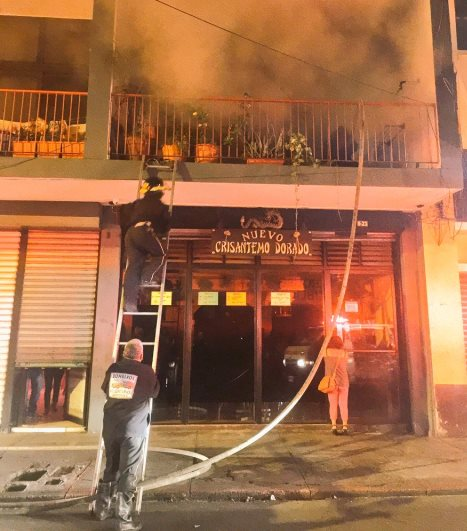 Bomberos Voluntarios trabajan para apagar el incendio que se registro en un edificio de apartamentos. (Foto Prensa Libre: CBV)