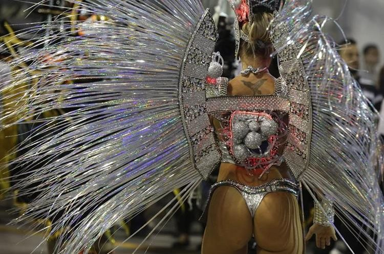 GRA067. SAO PAULO (BRASIL), 06/02/2016.- Una integrante de la escuela de samba del Grupo Especial Gaviões da Fiel, desfilan hoy, sabado 06 de febrero de 2016, en la celebración del carnaval en el sambódromo de Anhembí en Sao Paulo (Brasil). EFE/SEBASTIÃO MOREIRA