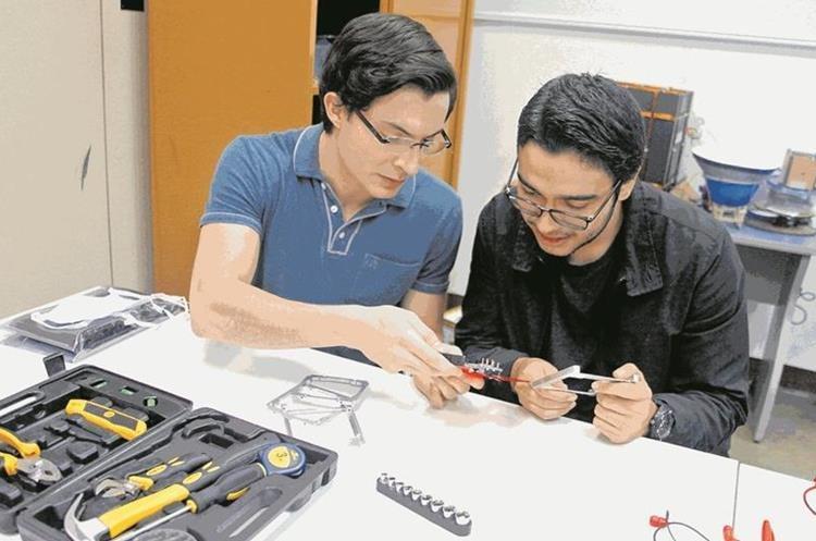 Estudiantes de la carrera de la Facultad de Ingeniería de la UVG trabajan en las pruebas de los switch de iniciación del satélite. (Foto, Hemeroteca PL).