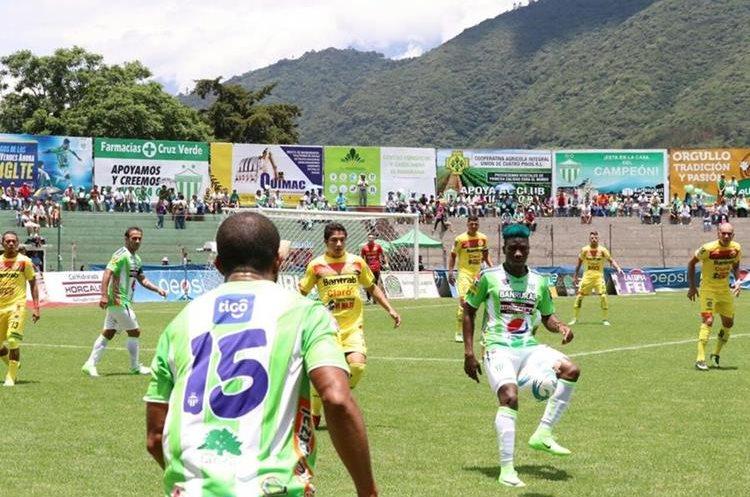 Acción durante el partido de este domingo entre Antigua GFC y Marquense. (Foto Prensa Libre: Renato Melgar)