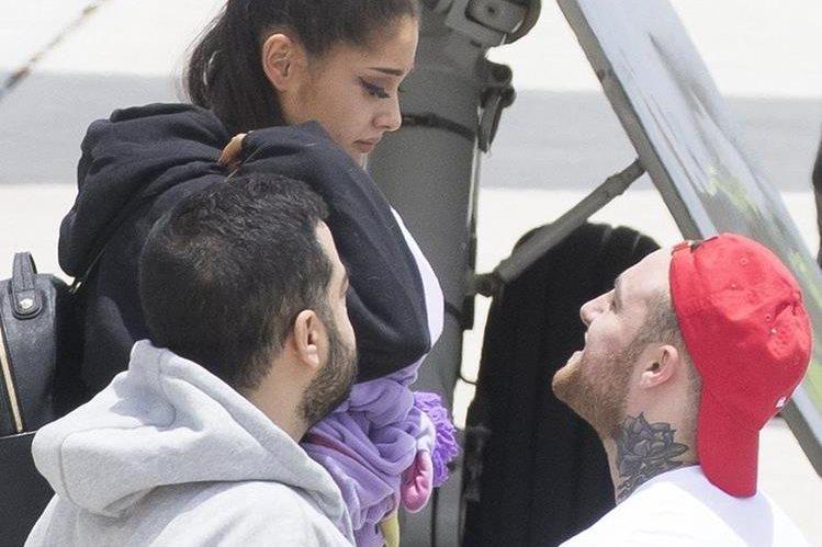 Ariana Grande baja del avión y es recibida por su novio, Mac Miller -derecha-. (Foto Prensa Libre: Cortesía)