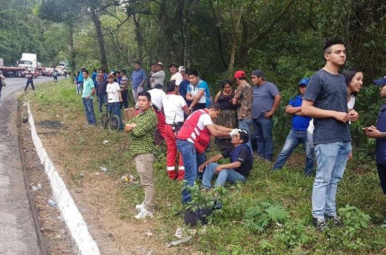 Seis personas con heridas leves fueron atendidas en el lugar del percance. (Foto Prensa Libre: Cortesía Cruz Roja)