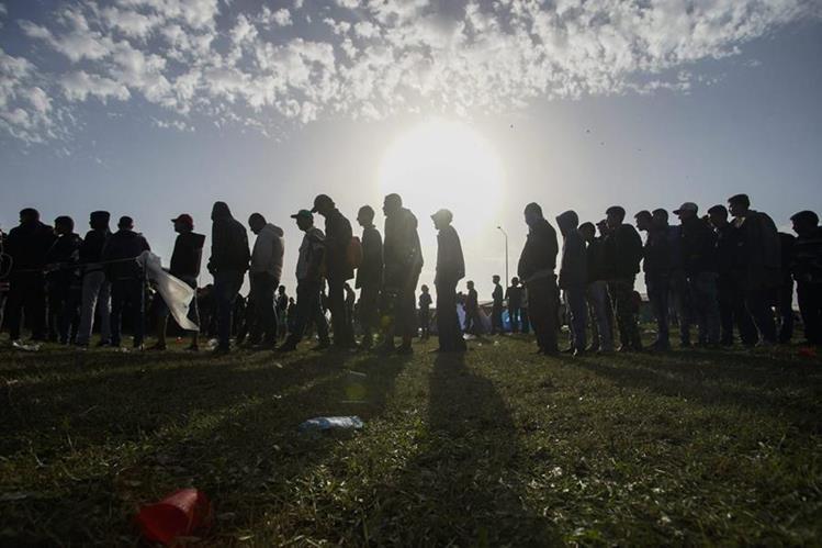 El futuro de miles de migrantes en Europa es incierto. (Foto Prensa Libre: EFE)