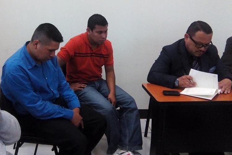 Los agentes de la PNC implicados en el caso -Izquierda- reciben notificación de que han sido enviados a juicio, en Xela. (Foto Prensa Libre: María José Longo)