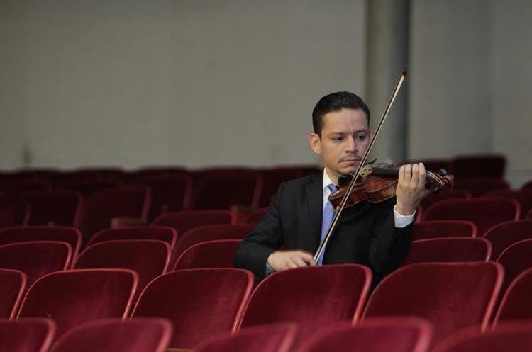 23 años de trayectoria en la interpretación del violín tiene el músico guatemalteco Álvaro Reyes (Foto Prensa Libre: Carlos Hernández).