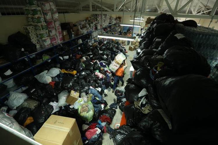 La Conred informó que lo que más han recibido es ropa, lo que les ha ocupado gran espacio. (Foto Prensa Libre: Esbin García)