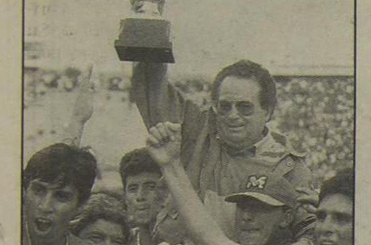El técnico tico es cargado en hombros luego de conquistar el título con Xelajú MC. (Foto Prensa Libre: Hemeroteca PL)