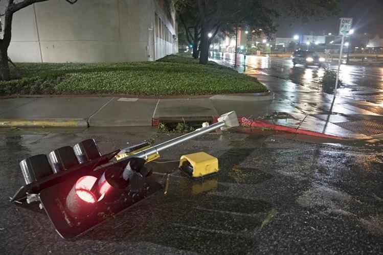 Una semáforo fue derribada por los fuertes vientos provocados por del huracán Harvey en Corpus Christi, Texas, EE.UU.(EFE).