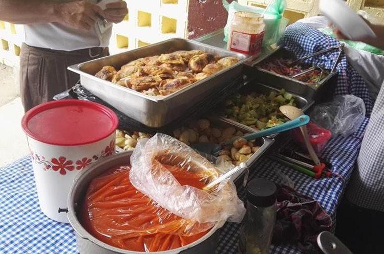 Antes de consumir alimentos debe asegurarse que hayan sido preparados adecuadamente para minimizar riesgos de enfermarse. (Foto Prensa Libre: Roni Pocón)