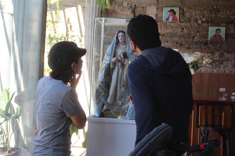 Visitantes observan una imagen de la Virgen María, en exposición en Huehuetenango. (Foto Prensa Libre: Mike Castillo).