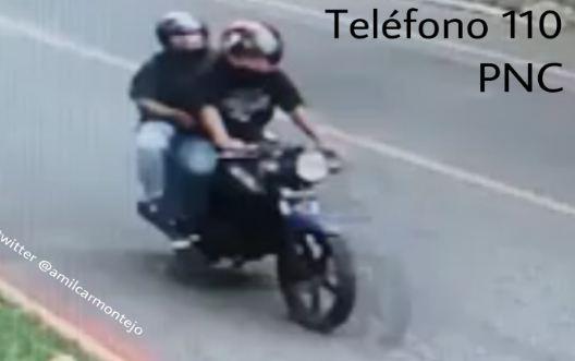 Dos de los ladrones que asaltaron a la mujer en zona 14. (Foto Prensa Libre: Video PNC)