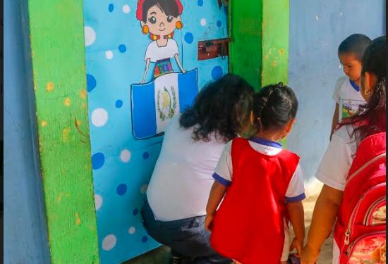 La puerta de uno de los salones de la Escuela de Párvulos Soledad Ayau, zona 3 de Retalhuleu, fue forzada por los delincuentes. (Foto Prensa Libre: Rolando Miranda)