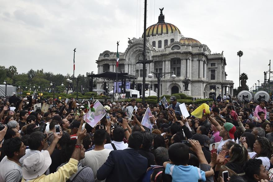 En las afueras del Palacio de Bellas Artes los fanes lloraban al intérprete de Amor eterno. (Foto Prnesa Libre: AFP)
