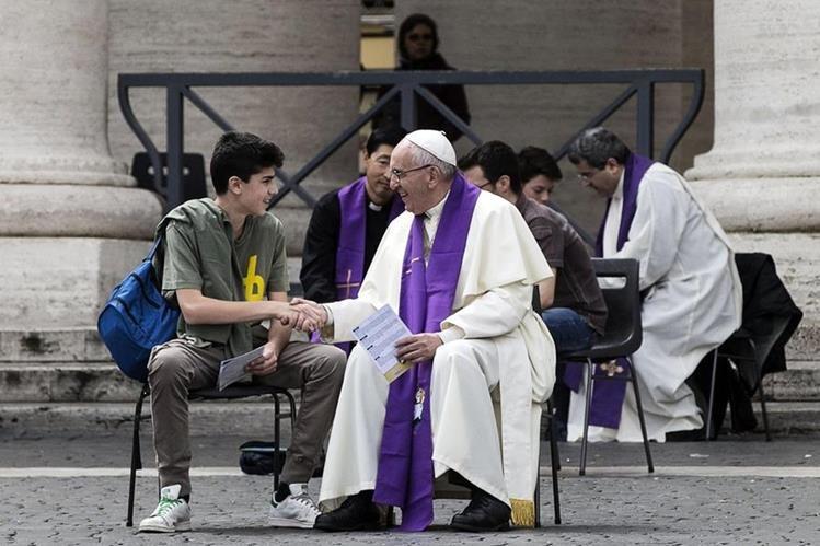 El papa Francisco se reunió con jóvenes en la plaza. (Foto Prensa Libre: AP)