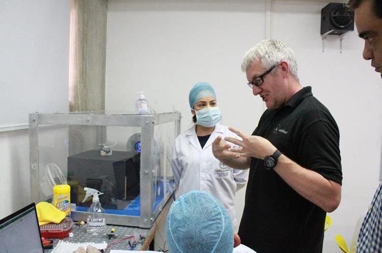 Mick Walker y Álvaro Samayoa, de la empresa de tecnología espacial ASTROSAT, del Reino Unido, visitaron recientemente el laboratorio en UVG en el cual se construye Quetzal-1. (Foto Prensa Libre, cortesía de Víctor Ayerdi).