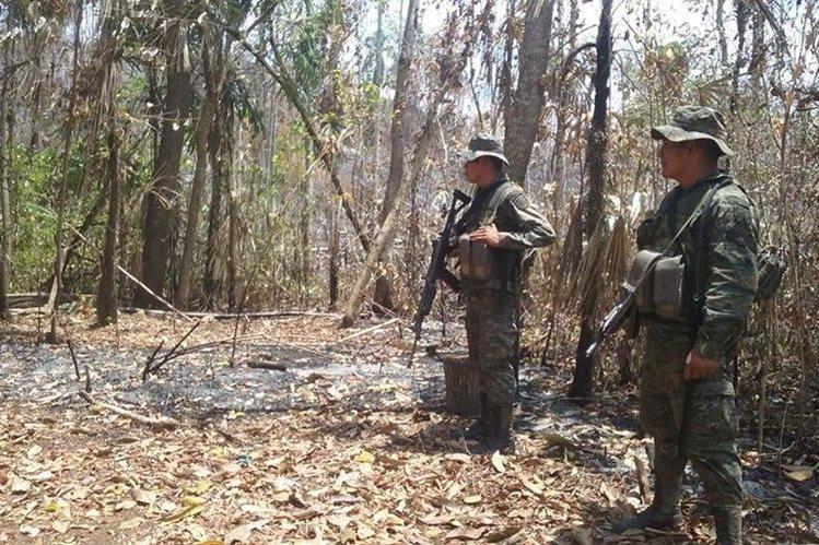 Efectivos militares vigilarán el área para evitar que invasores incendien otras partes de la Biosfera Maya. (Foto Prensa Libre: Rigoberto Escobar).