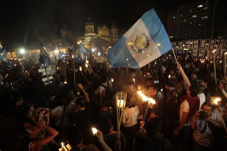 Miles de guatemaltecos manifestaron en contra de la Corrupción (Foto PRensa Libre: Edwin Bercián)