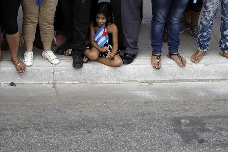 Una niña espera el paso de la caravana que transporta las cenizas de Fidel Castro en Camagüey. (Foto Prensa Libre: AP).