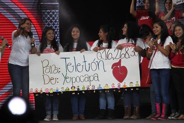 Jóvenes de San Pedro Yepocapa, Chimaltenango, entregan donativo para que Fundabiem atienda a más personas. (Foto Prensa Libre: Érick Ávila)