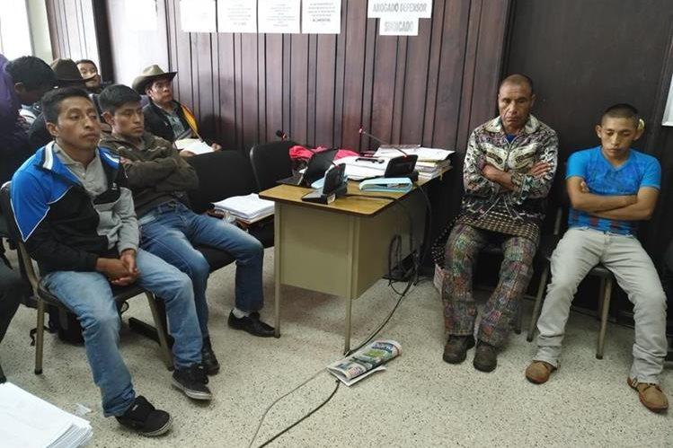 Los cuatro sindicados, durante la audiencia judicial en donde fueron ligados a proceso. (Foto Prensa Libre: Ángel Julajuj)