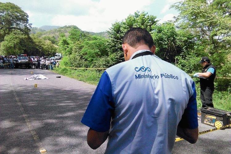 Autoridades resguardan el lugar donde murió baleado Sergio Rolando Pinto, en Chiquimula. (Foto Prensa Libre: Edwin Paxtor)