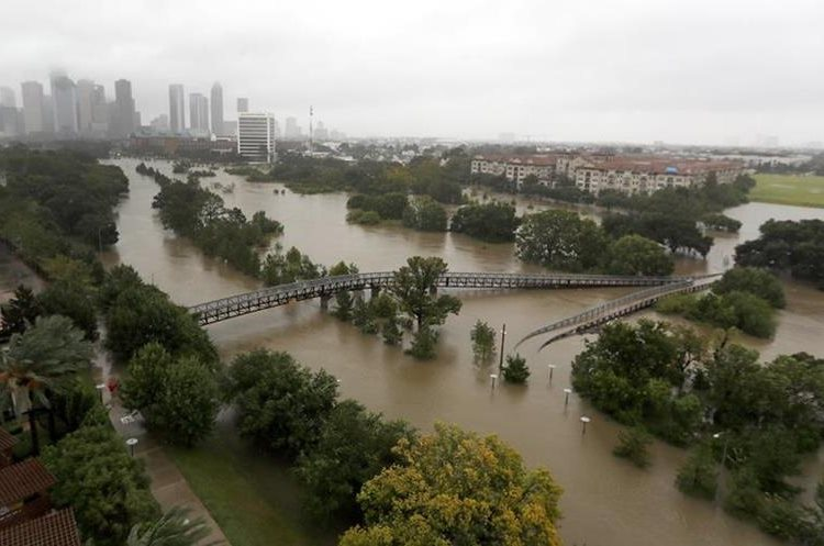 La lluvia continúa cayendo en Houston, Texas.