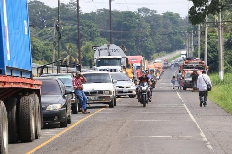 Largas filas de vehículos se formaron en la ruta a Masagua a causa del accidente en el kilómetro 62. (Foto Prensa Libre: Enrique Paredes).